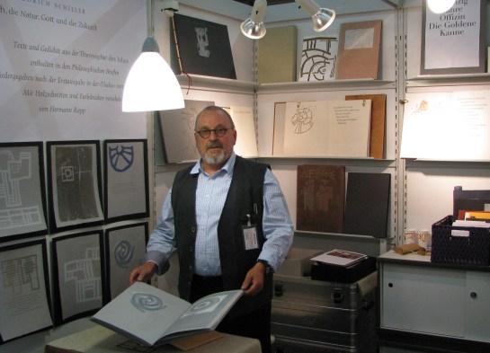 Hermann Rapp auf der Buchmesse 2009 mit Schillerbuch