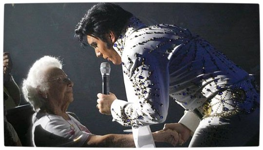 Vamers - Reviews - Theatre - Elvis The Show - Nathan Belt Interacts with the Audience