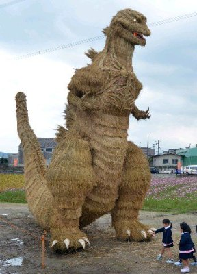 vamers-fyi-geekosphere-massive-7-meter-tall-straw-godzilla-appears-in-japan-02
