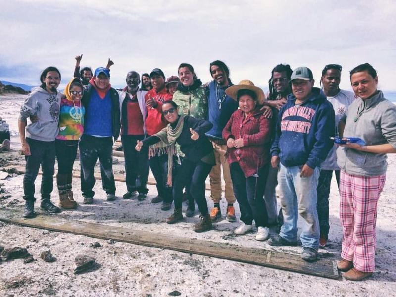 Grupo de pessoas reunidas no Salar do Uyuni - Destinos não convencionais