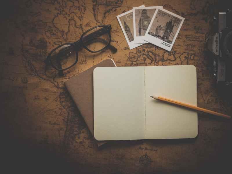caderno, lápis e mapa mundi - vaiajar sem falar inglês