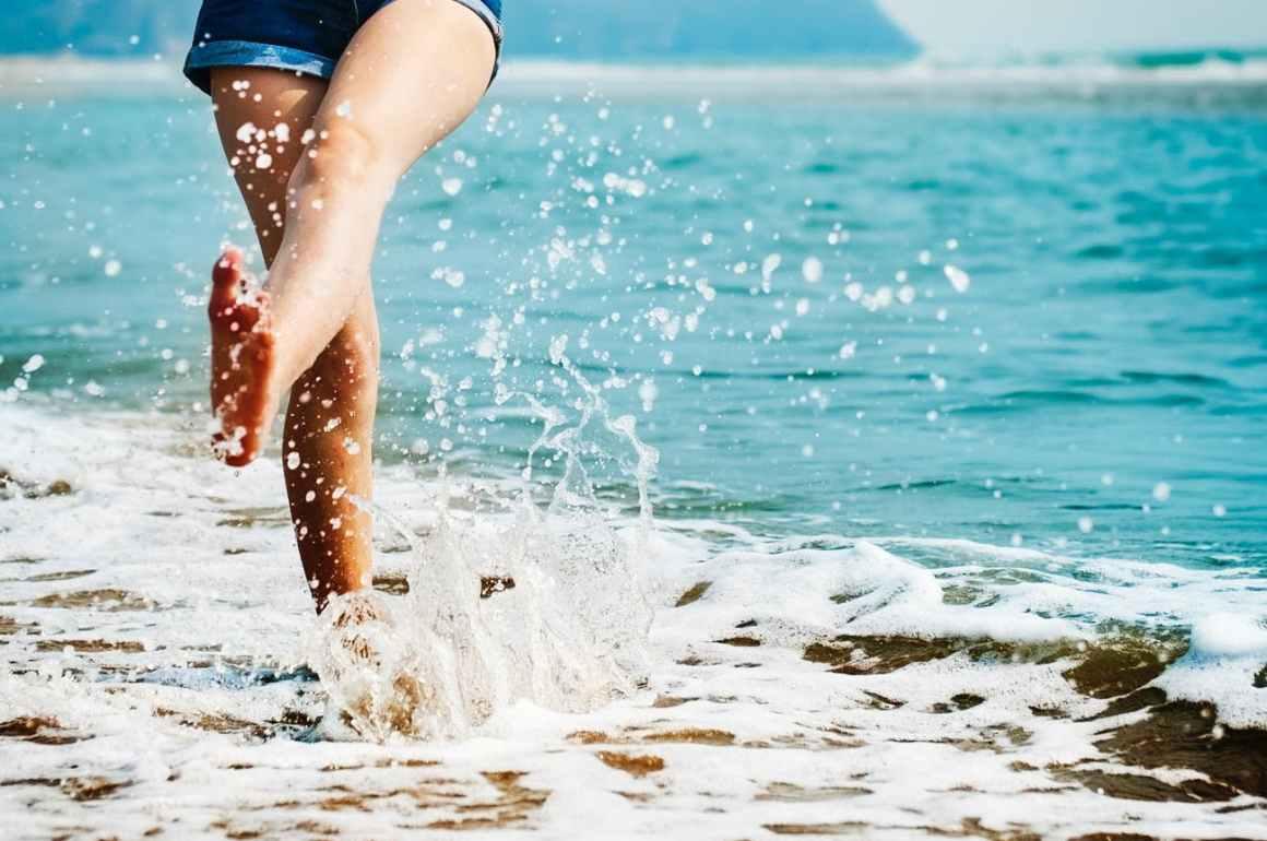 Mulher no mar - destinos brasileiros para viajar sozinha