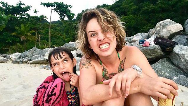 Mãe e filha na praia - Viajar sozinha com filho