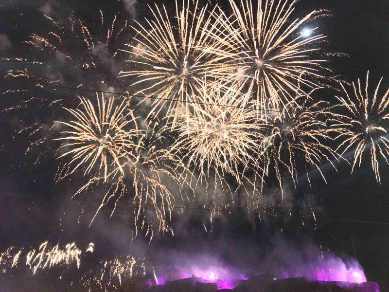 queima de fogos no ano novo em edimburgh
