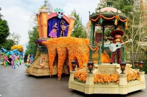 Miguel de Coco en el desfile Magic Happens