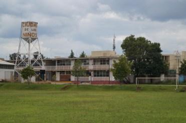 Einer der Fußballplätze mit der Primaria im Hintergrund