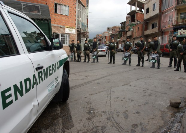 Telam Buenos Aires 25/04/2014 Tres personas fueron detenidas hoy en un operativo realizado en la villa 1-11-14 del Bajo Flores, donde se descubrieron depósitos de una banda narco en los que se hallaron armas, autos de alta gama, explosivos y droga. Foto: Prensa /Telam/aa