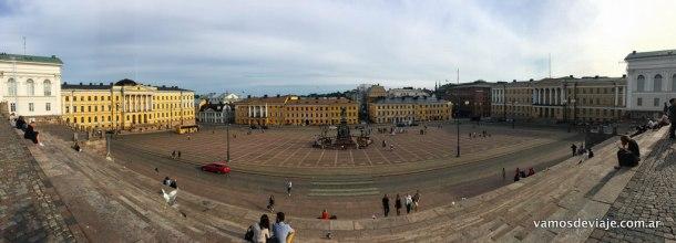 A la derecha la Universidad de Helsinki. A la izquierda el Senado.
