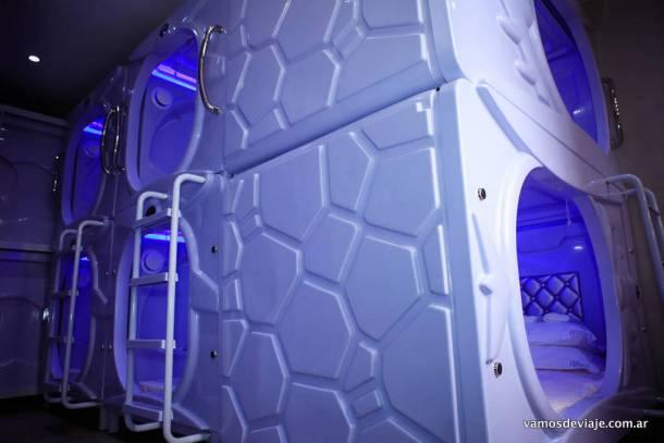 Luces azules y blancas en cada pod (capsula).