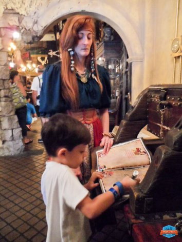 Registro no livro de piratas no parque Magic Kingdom