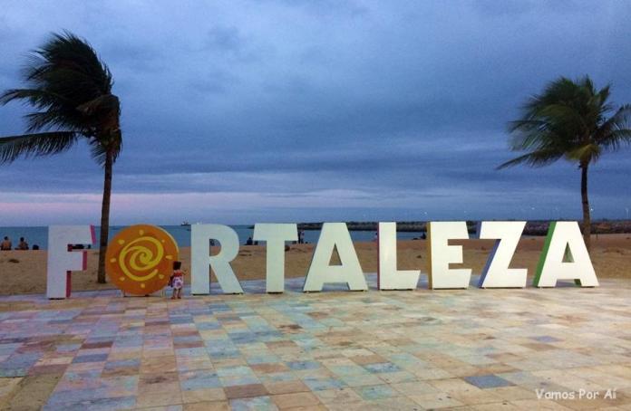 Letreiro Fortaleza na praia de Iracema
