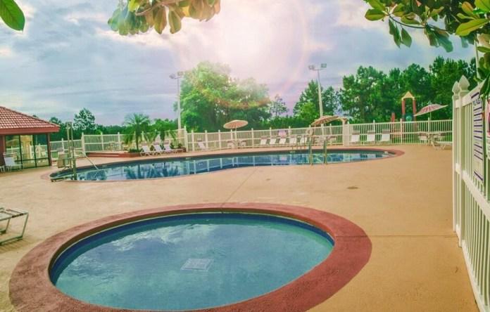 Piscina do hotel Parc Corinhe em Orlando