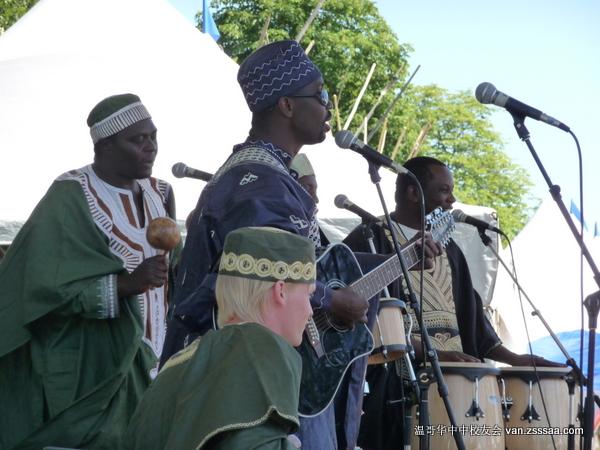 东非乐队在落力演出