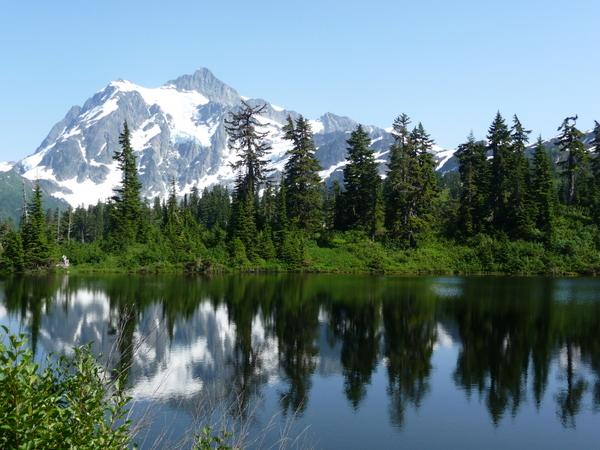 仔细看看,这是否仙境一般。。。恬静迷人。。。Shuksuan山倒影在Picture湖上。