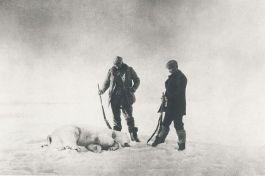 Frænkel en Strindberg bij de eerste ijsbeer die tijdens de expeditie is geschoten – Foto: Salomon August Andree