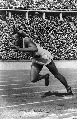 Jesse Owens tijdens de Spelen van 1936