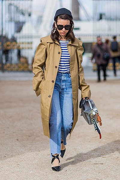 Street Style -Paris Fashion Week : Day Three Womenswear Fall Winter 2016/2017