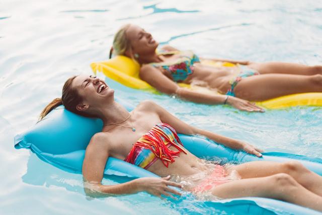 5-poolside-shoot-colorful-summer-swim-kayla-snell-photography-lauren-vandiver--vandi-fair