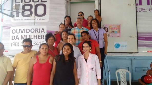 Prefeito Zé Martins junto com a servidoras do Estado e do município de Bequimão durante ação