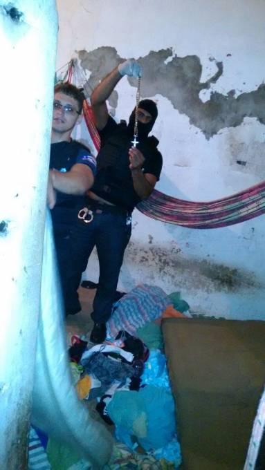 Policiais no momento das apreensões dentro das delas.