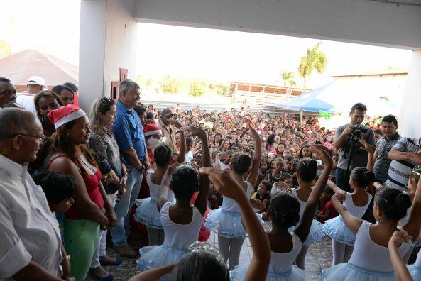 Prefeito Zé Martins no momento da apresentação do Balé Sonho Encantado antes da distribuição