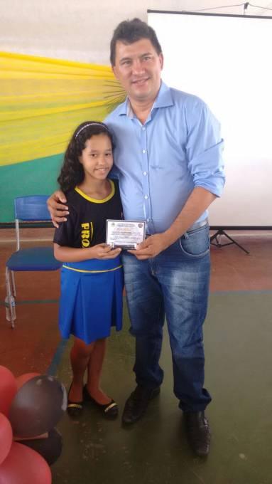 Prefeito Irlan Serra com aluna concludente.
