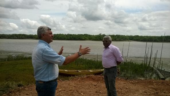 Prefeito Zé Martins, explicando a Gerson Pinheiro, a força tarefa para dar uma nova visão a o porto de Suassuí