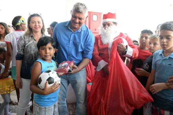 Ao lado do Papai Noel e da Primeira Dama, Prefeito Zé Martins entrega Brinquedos à criançada