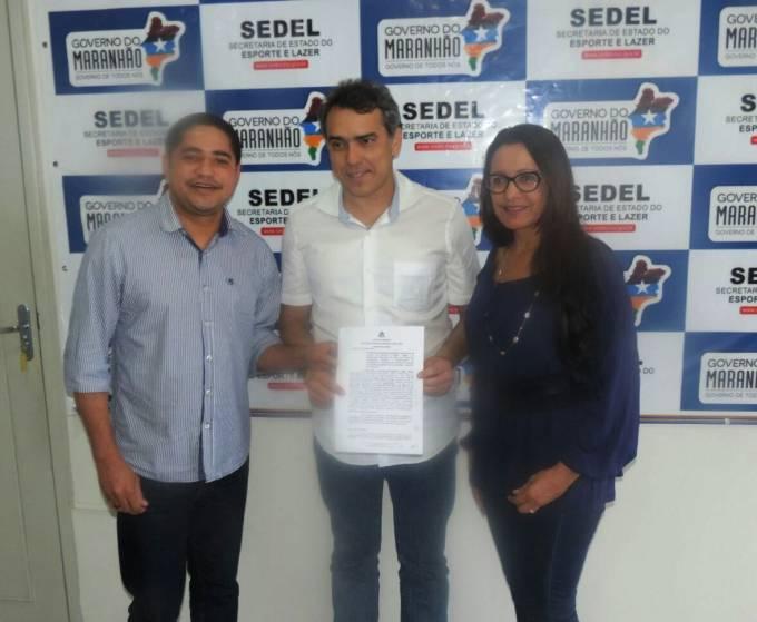 Deputado Zé Inácio acompanha Vete Botelho durante assinatura de convênio na Secretaria de Esporte.