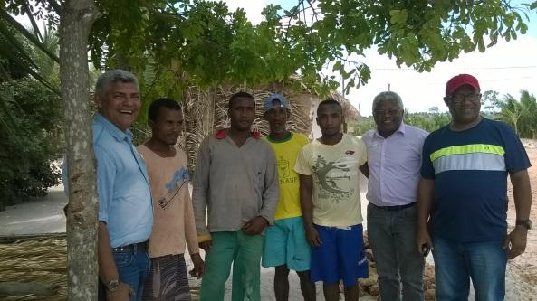 Prefeito Zé Martins e o secretário Gerson Pinheiro, reunidos com os moradores de Suassuí