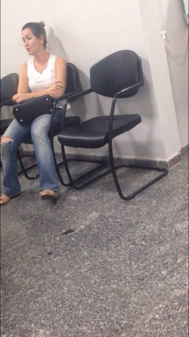 Cristiane, mãe das filhas  do Dr. Leonardo Sá, aguardando atendimento na UDI hospital na capital do estado.
