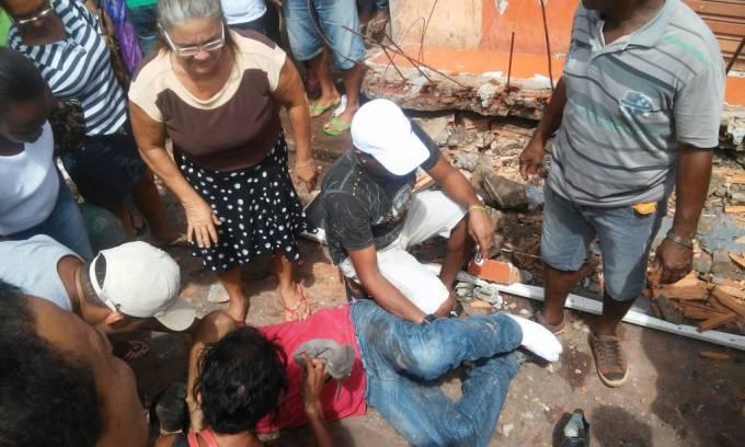 Um desabou na manhã desta quinta-feira (04) na Av. Tarquínio Lopes Pinheiro na cidade de Pinheiro. Uma pessoa que estava na calçada foi atingida e sofreu fraturas nas pernas.