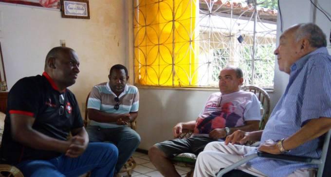 Deputado Campos num papo descontraído com Isaac Dias sob os olhares atentos do irmão Zé Antonio e do vereador Isaney Dias