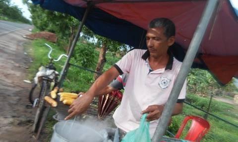 Edvaldo em sua atividade como vendedor de milho