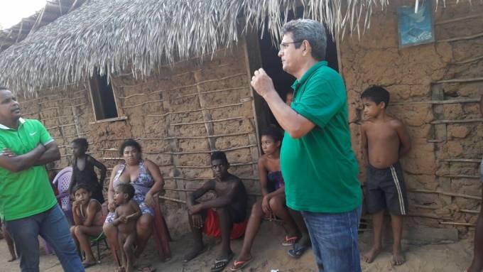 Prefeito, Filuca Mendes, em conversa com moradores do povoado Sudário 02.