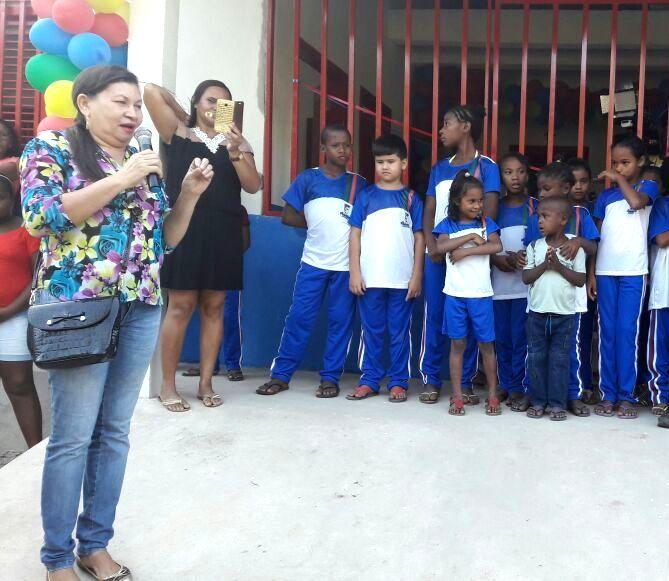 Diretora da escola, a professoram Maria Luiza, agradecendo ao prefeito Filuca