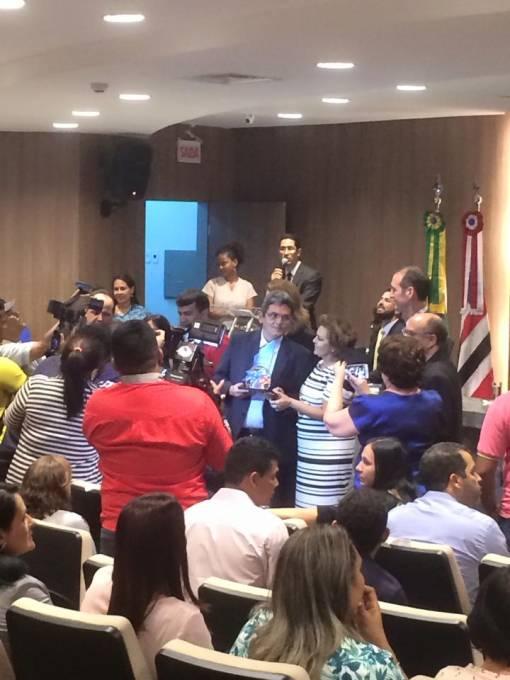 Prefeito Filuca Mendes (PMDB), recebendo a premiação fruto de sua gestão.