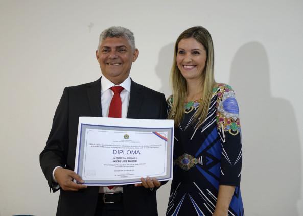 Zé Martins recebendo diploma das mãos da Dra. Tereza Cristina.