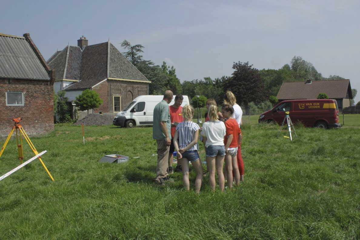 Leerlingen aan de slag in het veld (foto: Martin van Rijn).