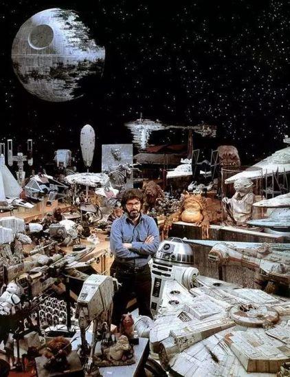 George Lucas muestra orgullos algunos de los modelos que se usaron para dar vida a Star Wars. Fuente: www.ficassoc.com