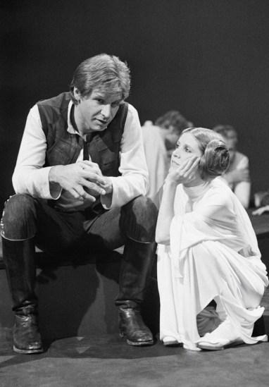 Parece una conversación muy interesante entre Harrison Ford y Carrie Fisher. Fuente: www.hannsoloooo.tumblr.com