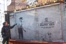 El arte de Bansky protegido por un marco en la terraza del club Cargo