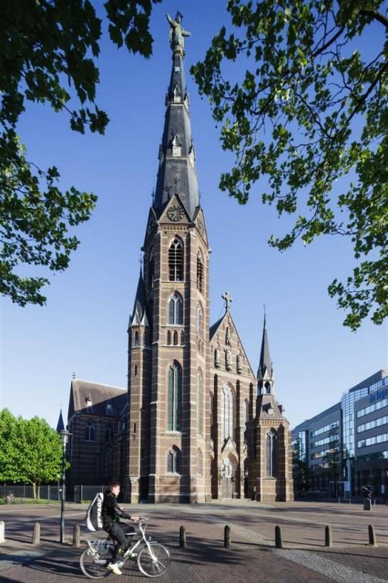 De Paterskerk te Eindhoven met het heilig Hartbeeld