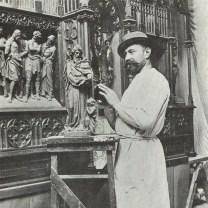 Beeldsnijder Jan Custers in zijn atelier.