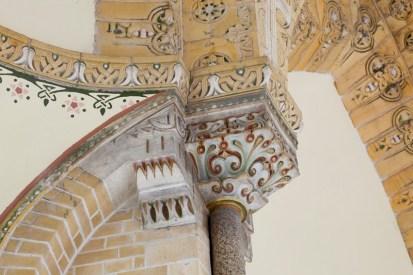 Verguld en gepolychromeerd kapiteel met omringende bloemornamenten in de koepel, , ontworpen door Joseph Cuypers 1902-1906. Beeldbank Rijksdienst Cultureel erfgoed - Chris Booms, 1902.