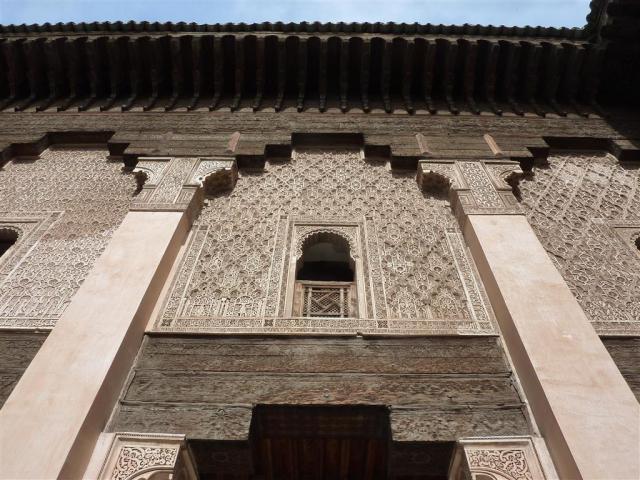 Tijd en slijt gaat over de deels uitgevaagde lettertekens op het houtwerk van de Medersa Ben Youssef | Ben Joesoefmadrassa te Marrakesh. Foto bvhh.nu 2014.