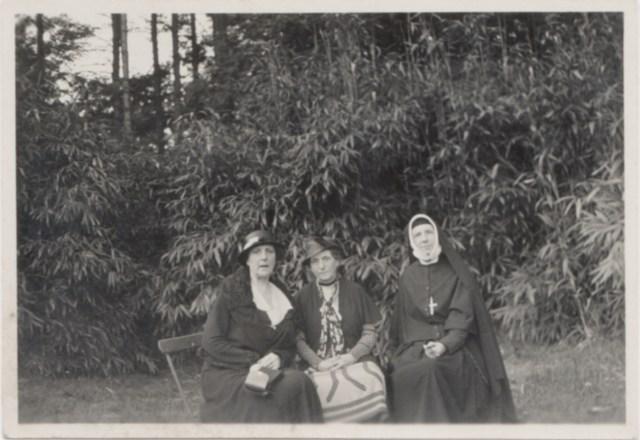 Drie van de vier zusjes Povel: van links naar rechts Bernadette Veltman-Povel m(1876-1957), Delphine Cuypers-Povel (1868-1948) en Jeanne Povel (1871-1956). Alleen Bébé (koosnaam voor Mathilde Delphine Marie Elisabeth Everard-Povel, 1882-1955) ontbreekt. Zeer waarschijnlijk is de foto gemaakt door hun neef/zoon/neef Charles Cuypers circa 1935; mogelijk in de grote tuin achter het woonhuis aan de Maastrichterweg, net voordat deze verkaveld zou worden voor woningbouw en de - nieuwe - Henri Luytenstraat. Herkomst GAR, JCC, v.n. 199.