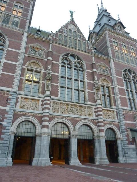 Het centrale deel van het Rijksmuseum met de sculptuur in het teken van Arbeid en Bezieling.