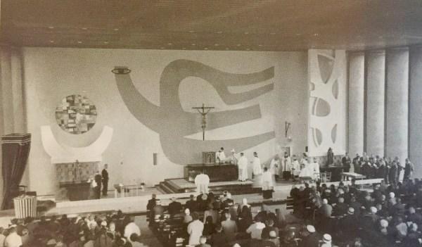 De kerkwijding van de nieuwe O.L. Vrouw ten Hemelopneming te Prinsenbeek. Het tabernakel staat op het hoogaltaar, het Mariabeeld op het zijaltaar links en dat van Gertrudis rechts. Herkomst: Dirven, O.L. Vrouw ten Hemelopneming, 1996.