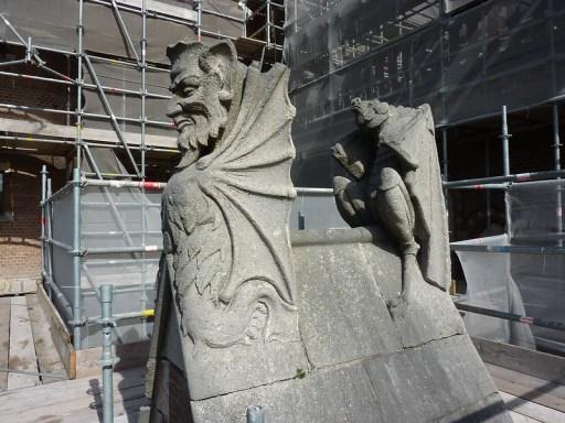 De monsters boven de sacramentskapel van de nieuwe Bavo